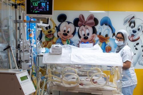 Enfermeira examina um dos nove irmãos mantidos em incubadoras, um dia após seu nascimento, na cidade de Casablanca, oeste do Marrocos, 5 de maio de 2021 [AFP via Getty Images]