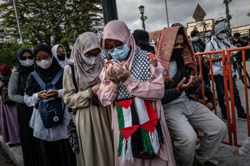 Muçulmanos oram em solidariedade ao povo palestino, em Yogyakarta, Indonésia, 21 de maio de 2021 [Ulet Ifansasti/Getty Images]