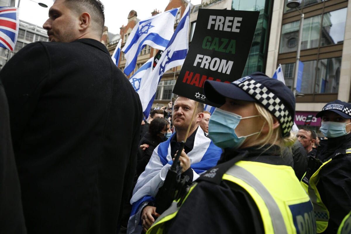 O ativista britânico de extrema direita e anti-islã Tommy Robinson participa de uma manifestação pró-Israel em frente à Embaixada de Israel, em 23 de maio de 2021, em Londres, Inglaterra [Hollie Adams/Getty Images]