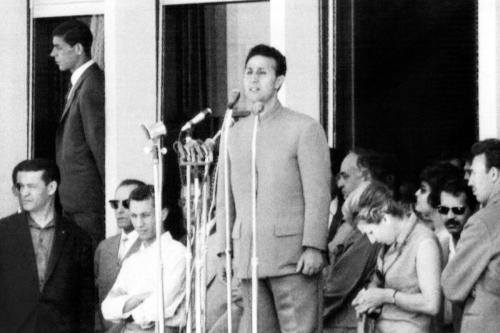 Presidente argelino Ahmed Ben Bella (C) 5 de julho de 1964 em Argel [STF / AFP via Getty Images]