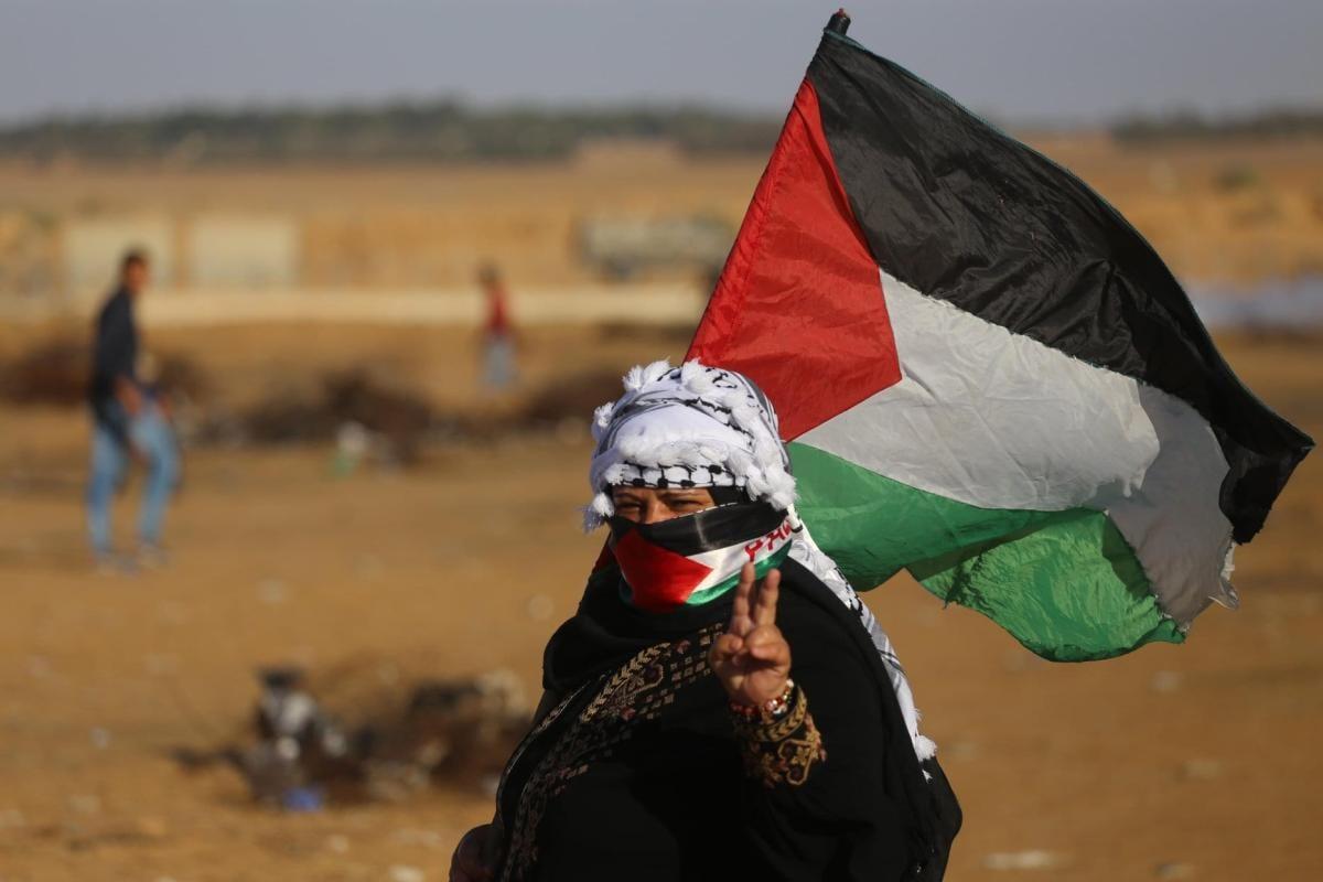 Manifestante palestino durante o protesto semanal perto da cerca de separação Gaza-Israel na Faixa de Gaza em 11 de novembro de 2019 [Mohammed Asad / Monitor do Oriente Médio]