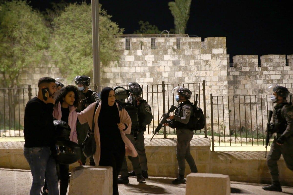 Forças israelenses intervêm nos palestinos enquanto se reúnem em torno do Portão de Damasco após realizar a oração de Tarawih no Complexo Al-Aqsa, em Jerusalém Oriental, em 15 de abril de 2021 [Mostafa Alkharouf/Agência Anadolu]