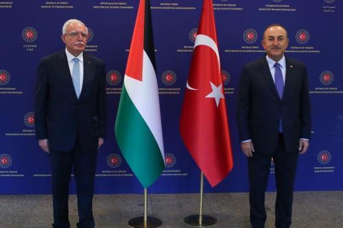 Ministro de Relações Exteriores da Turquia Mevlut Cavusoglu (à direita) reúne-se com o chanceler palestino Ryad al-Maliki, em Ancara, Turquia, 7 de maio de 2021 [Cem Özdel/Agência Anadolu]