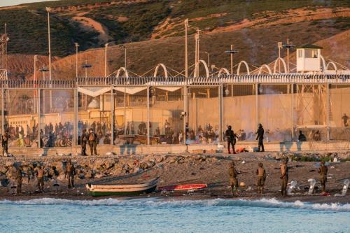 O exército espanhol e a Cruz Vermelha trabalham em Ceuta depois que os migrantes cruzaram a fronteira espanhola em 19 de maio de 2021 [Diego Radames / Agência Anadolu]