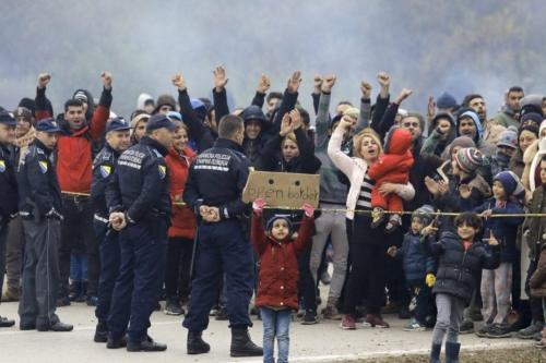 Centenas de migrantes de diferentes países estão reunidos na fronteira da Bósnia e Herzegovina com a Croácia, aguardando a oportunidade de seguir para o país da UE, em Sarajevo, Bósnia e Herzegovina, em 24 de outubro de 2018 [Samir Yordamoviç/Agência Anadolu]