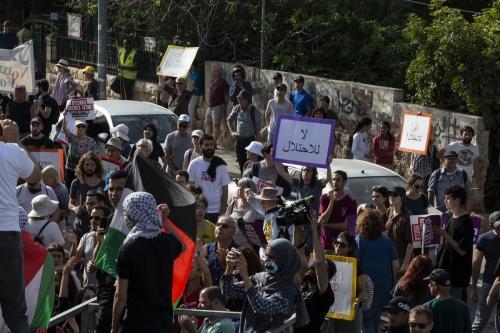 Famílias palestinas, que vivem no bairro de Sheikh Jarrah de Jerusalém Oriental e ameaçado pela migração forçada de Israel, se reúnem para uma manifestação em Jerusalém, em 23 de abril de 2021. [Mostafa Alkharouf/Agência Anadolu]