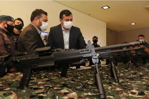 Secretário Louismar Bonates e governador Wilson Lima entregaram armamentos nesta terça-feira (Foto: Diego Peres/Secom)