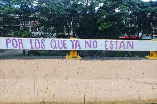 Faixa faz referência aos mortos pela repressão aos protestos na Colômbia [La Isla en Vela/Facebook]