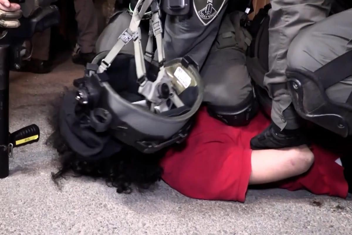 Forças israelenses detêm um cidadão palestino durante protesto das famílias de Sheikh Jarrah contra ordens de despejo da ocupação, em Jerusalém Oriental, 4 de maio de 2021 [Ahmad Gharabli/AFP via Getty Images]
