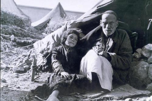 Um palestino idoso e uma criança expulsos durante a Nakba [Hanini / Wikipedia]