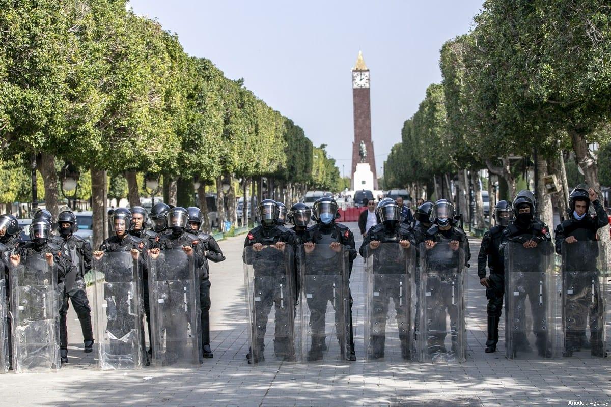 Forças de segurança tomam medidas ao redor do local enquanto tunisianos se reúnem na Rua Habib Bourguiba para fazer uma manifestação em protesto contra a crise política, social e econômica, em Túnis, Tunísia, em 6 de março de 2021 [Yassine Gaidi/Agência Anadolu]