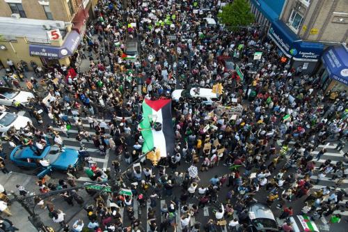 Pessoas se reúnem no Brooklyn para protestar em apoio aos palestinos na cidade de Nova Iorque, EUA, em 15 de maio de 2021. Protestos estão ocorrendo em todo o mundo contra a escalada de ações de Israel contra o povo palestino [Tayfun Coşkun/Agência Anadolu]