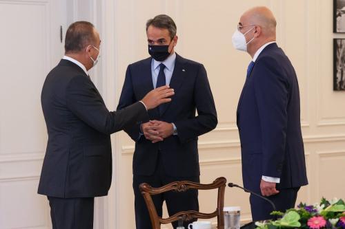 O ministro das Relações Exteriores turco Mevlut Cavusoglu (esq.) se encontra com o primeiro ministro grego Kyriakos Mitsotakis (centro) e o ministro das Relações Exteriores grego Nikos Dendias (dir.) em Atenas, Grécia, em 31 de maio de 2021. [Cem Özdel/Agência Anadolu].