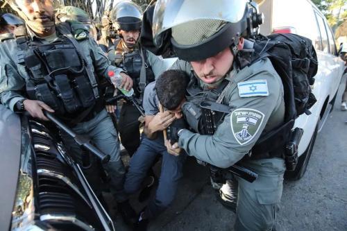 Forças israelenses prendem um homem durante protesto no bairro de Sheikh Jarrah, em Jerusalém Oriental ocupada, 15 de maio de 2021 [Mostafa Alkharouf/Agência Anadolu]