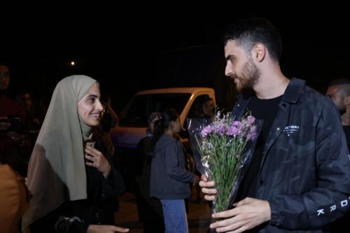 Os ativistas palestinos Mohammad e Muna el-Kurd após serem liberados da custódia policial, em Sheikh Jarrah, 7 de junho de 2021 [Oren Ziv / Twitter]
