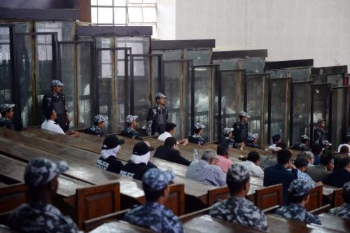 Essa imagem mostra a sala do tribunal e a doca de vidro à prova de som durante o julgamento de 700 réus, incluindo o fotojornalista egípcio Mahmoud Abu Zeid, amplamente conhecido como Shawkan, na capital Cairo, em 8 de setembro de 2018 [Mohamed El-Shahed/AFP via Getty Images]