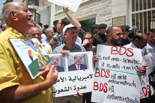 Protesto em frente ao escritório diplomático da Alemanha em Ramallah, Cisjordânia ocupada, após o Bundestag (parlamento alemão) condenar o movimento de Boicote, Desinvestimento e Sanções (BDS) como antissemita, em 22 de maio de 2019 [AFP/Getty Images]