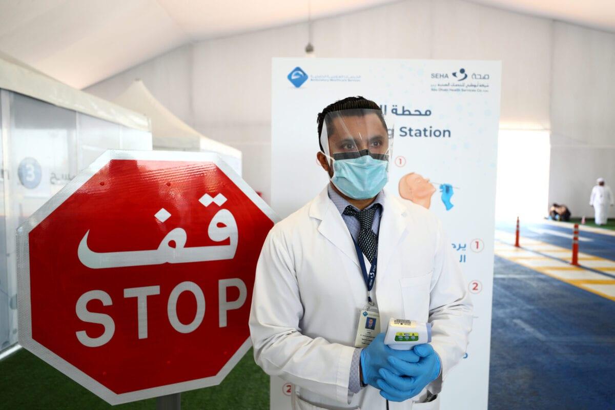Profissional de saúde com equipamento de proteção contra o covid-19 em Abu Dhabi, Emirados Árabes Unidos, 1° de abril de 2020 [Francois Nel/Getty Images]