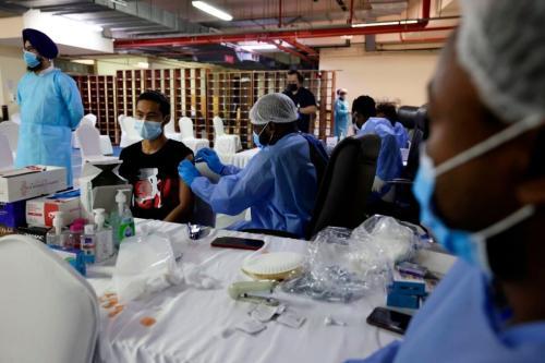 Vacinação contra o covid-19 em Guru Nanak Darbar Gurudwara (templo sikh), em Dubai, Emirados Árabes Unidos, 28 de fevereiro de 2021 [Karim Sahib/AFP via Getty Images]