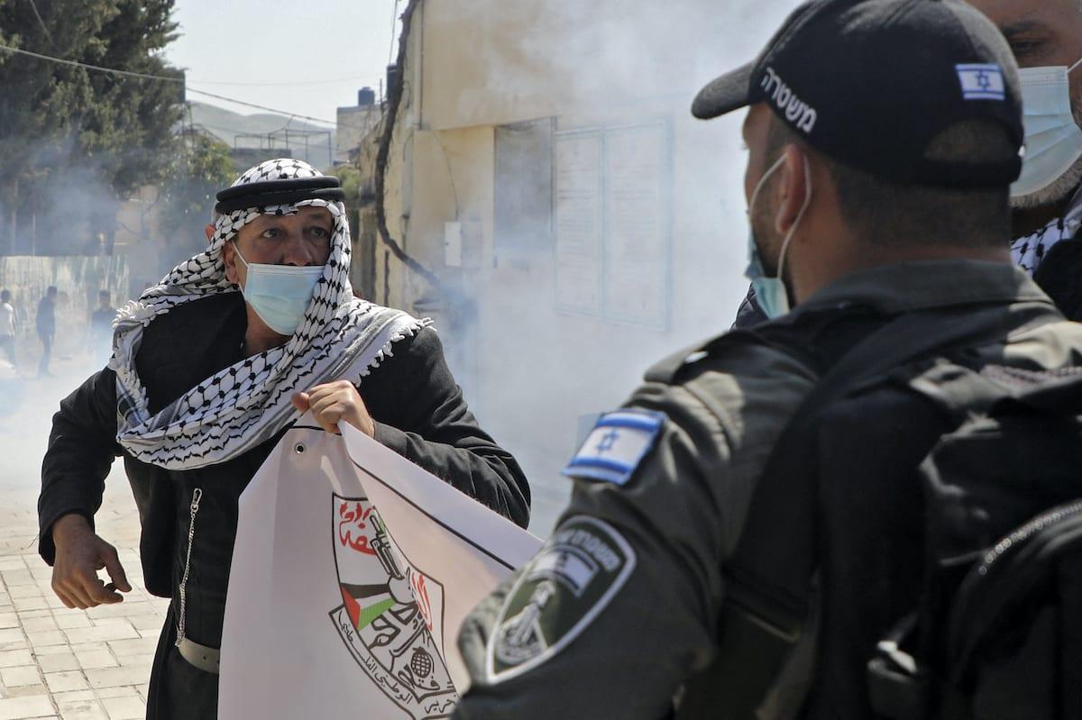 Membros da segurança israelense entram em confronto com manifestantes palestinos comemorando o dia da terra e protestando contra as visitas de colonos a sítios arqueológicos e históricos na vila palestina de Sebastia, a noroeste de Nablus, na Cisjordânia ocupada, em 30 de março de 2021 [Jaafar Ashtiyeh/AFP via Getty Images]