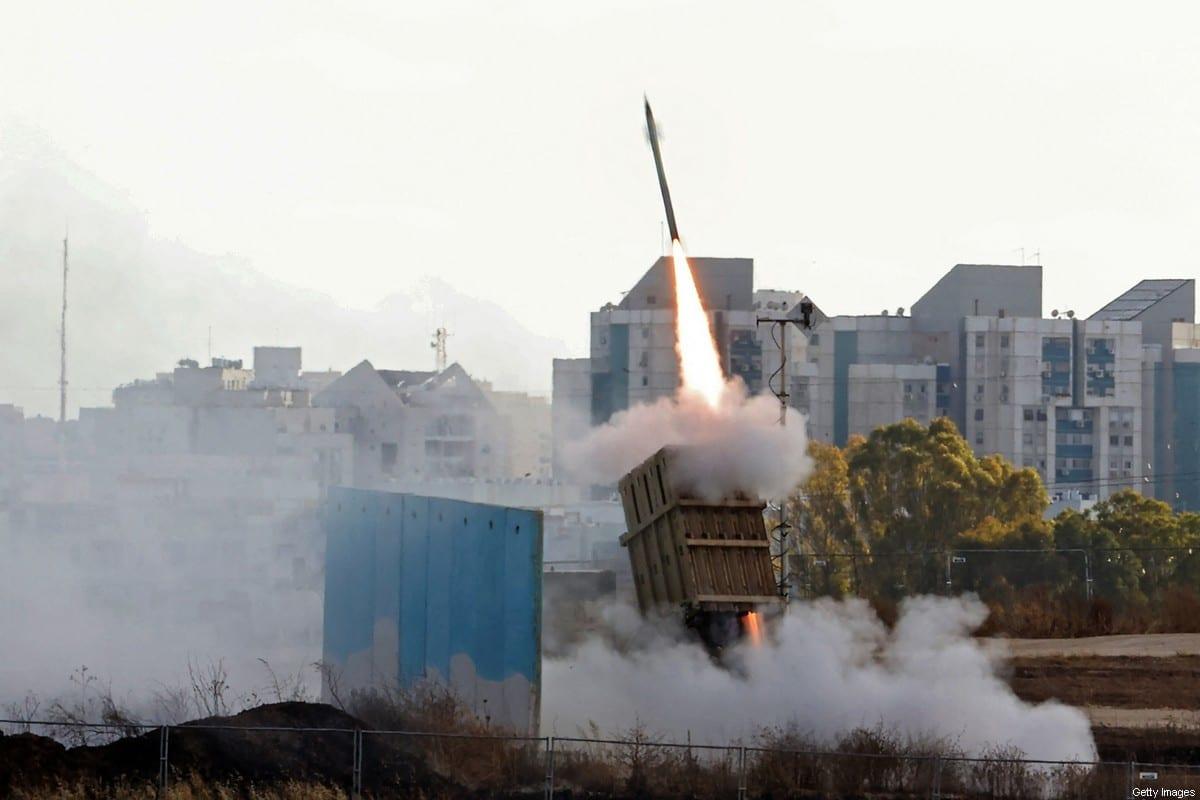 O sistema de defesa aérea da Cúpula de Ferro de Israel é lançado para interceptar um foguete lançado da Faixa de Gaza, acima da cidade israelense de Ashdod, em 17 de maio de 2021 [Ahmad Gharabli/AFP via Getty Images]