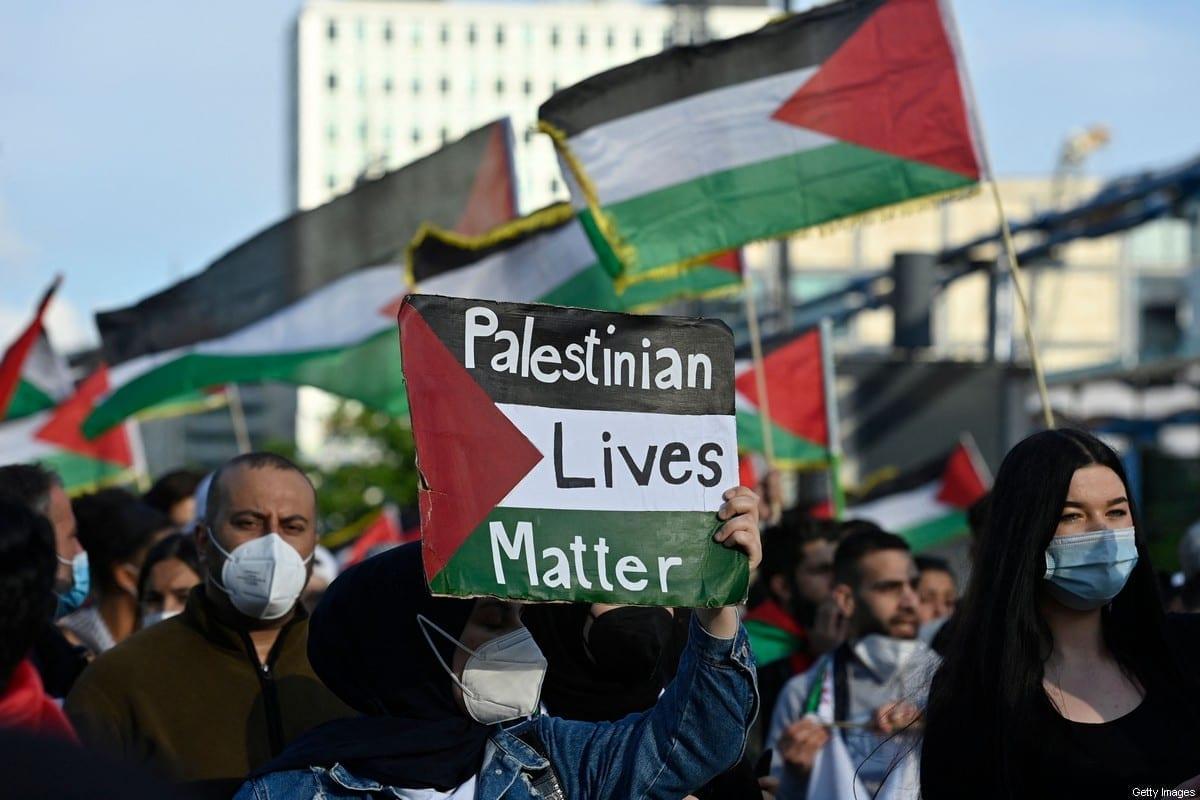 Manifestante com cartaz 'Vidas Palestina Importam' durante protesto em Berlim, Alemanha, 19 de maio de 2021 [John MacDougall/AFP/ Getty Images]