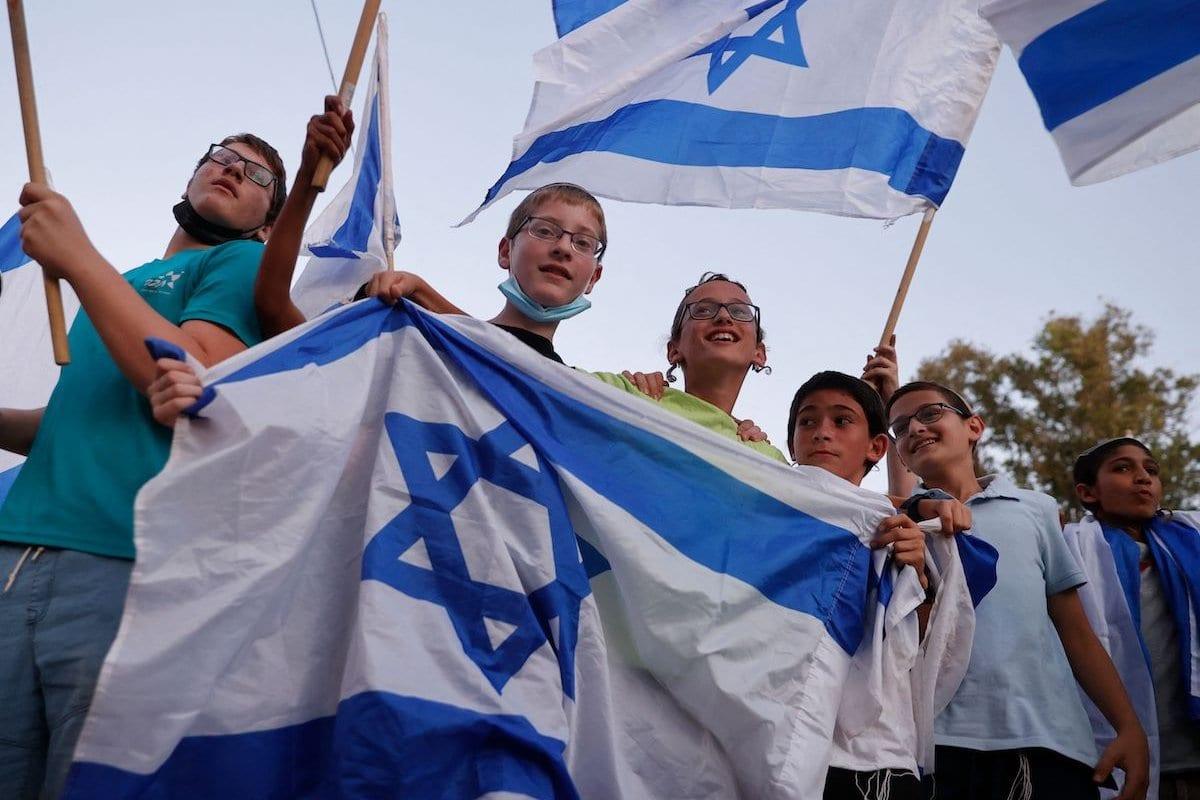 Apoiadores de direita israelense do primeiro-ministro Benjamin Netanyahu entoam slogans e agitam a bandeira nacional durante uma manifestação contra a coalizão para formar um governo, em Petah Tikva, em 3 de junho de 2021 [Jack Guez/AFP via Getty Images]