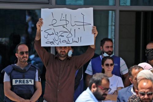 Jornalistas protestam em frente ao escritório das Nações Unidas na cidade ocupada de Ramallah, na Cisjordânia, em 28 de junho de 2021 [Abbas Momani/AFP via Getty Images]