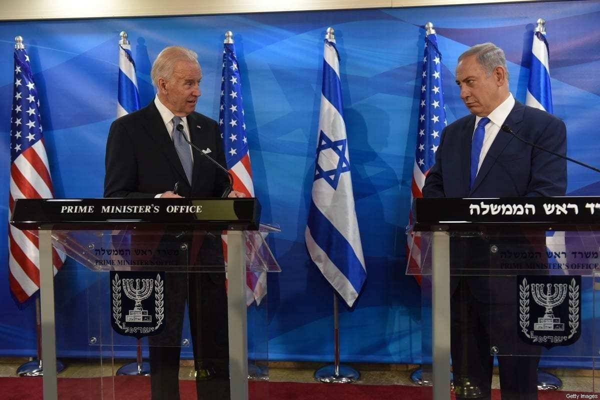 Em ordem, o então vice-presidente dos EUA, Joe Biden, e o primeiro-ministro israelense, Benjamin Netanyahu,em declarações conjuntas à imprensa em Jerusalém, em 9 de março de 2016. [Debiie Hill/AFP via Getty Images]