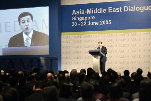 Bassem Awadallah, ex-ministro da Fazenda da Jordânia, faz discurso em nome do rei Abdullah no Diálogo Ásia-Oriente Médio em Cingapura, 21 de junho de 2005. [ROSLAN RAHMAN/AFP via Getty Images]