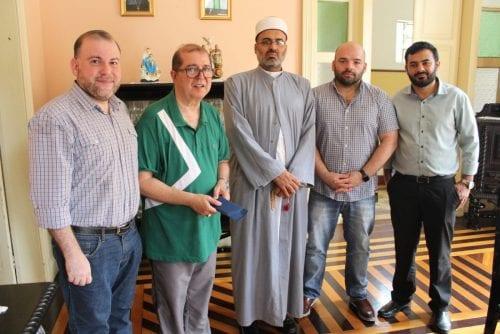 Uma comitiva de muçulmanos fez uma doação em dinheiro para a comunidade católica de Manaus, neste sábado (9), após a Igreja de São Sebastião ser furtada [Arquidiocese de Manaus]