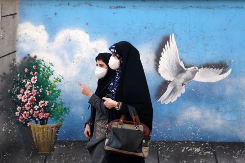 Pessoas usam máscaras faciais em meio à pandemia de coronavírus, em Teerã, Irã, em 16 de fevereiro de 2021 [Fatemeh Bahrami/Agência Anadolu]