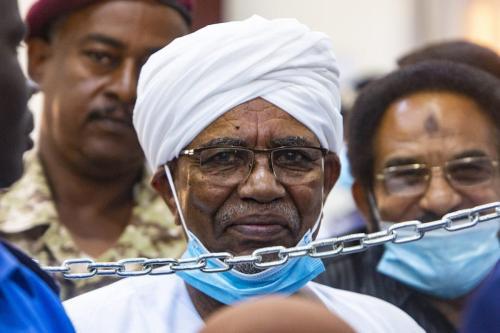 Uma visão geral do julgamento do ex-presidente sudanês Omar al-Bashir sobre o golpe de 1989 que o levou ao poder, no Instituto de Treinamento de Oficiais, em Cartum, Sudão, em 15 de junho de 2021 [Mahmoud Hjaj/Agência Anadolu]
