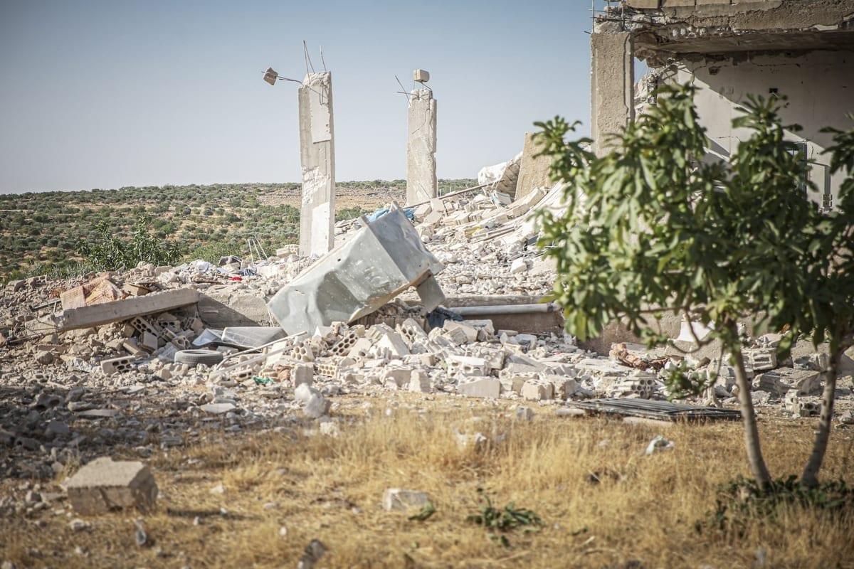 Escombros deixados por bombardeios das forças de Bashar al-Assad e milícias iranianas na zona de desescalada de Idlib, noroeste da Síria, em 3 de julho de 2021 [Muhammed Said/Agência Anadolu]