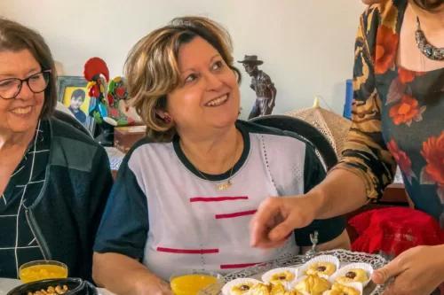 Professora de culinária cria ritual de comidinhas para ensinar a fazer pão sírio com