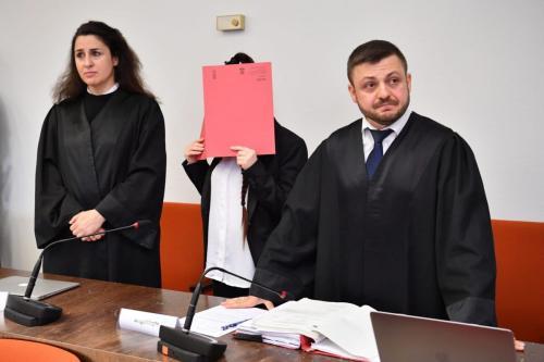 Os advogados Ali Aydin e Seda Basay-Yildiz no primeiro dia do julgamento de Jennifer W. na corte de Oberlandesgericht, em Munique, Alemanha, 9 de abril de 2019 [Sebastian Widmann/Getty Images]
