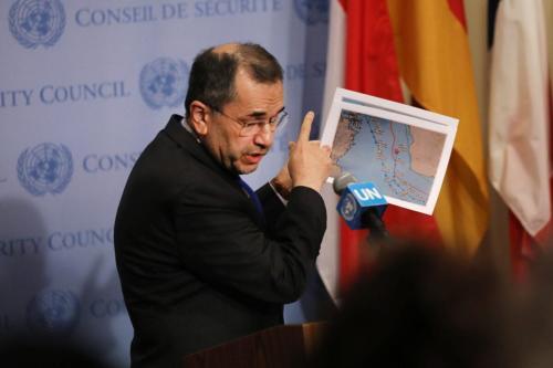 Majid Takht Ravanchi, embaixador iraniano nas Nações Unidas, exibe um mapa do estreito de Hormuz a uma coletiva de imprensa, em Nova York, 24 de junho de 2019 [Spencer Platt/Getty Images]