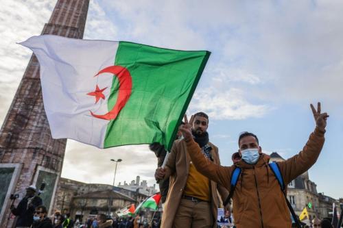 Manifestantes seguram bandeira da Argélia durante manifestação em Bordeaux, sudoeste da França, em 12 de dezembro de 2020 [Thibaud Morittz/AFP via Getty Images]