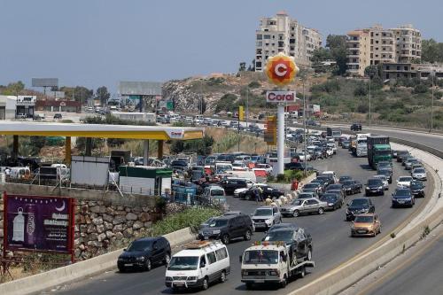 Veículos tentam abastecer em um posto de gasolina na rodovia Beirute-Sidon, ao sul da capital libanesa, em meio à escassez de combustíveis, em 24 de junho de 2021 [Joseph Eid/AFP via Getty Images]