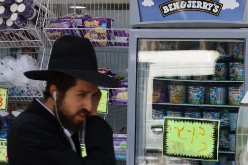 Um judeu ultraortodoxo passa pelo sorvete Ben & Jerry's em Jerusalém em 20 de julho de 2021. [ Ahmad Gharabli/ AFP via Getty Images]