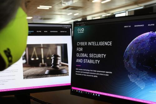Uma mulher verifica o site do spyware Pegasus feito por Israel em um escritório na capital cipriota Nicósia em 21 de julho de 2021 [MARIO GOLDMAN/AFP via Getty Images]