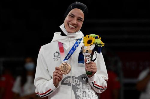Hedaya Malak posa com a medalha de bronze, após a final do taekwondo feminino, categoria até 67 kg, nos Jogos Olímpicos de Tóquio, Japão, 26 de julho de 2021 [Javier Soriano/AFP via Getty Images]
