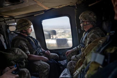 Soldados da coalizão voam da Zona Internacional para o Aeroporto Internacional de Bagdá em um helicóptero Blackhawk dos EUA, em 31 de maio de 2021, em Bagdá, Iraque [John Moore/Getty Images]