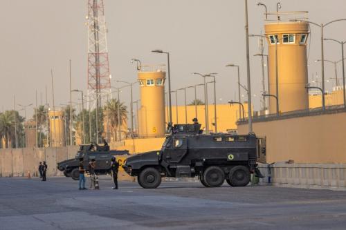 Forças de Contraterrorismo do Iraque aguardam em frente à embaixada dos Estados Unidos em Bagdá, 30 de maio de 2021 [John Moore/Getty Images]