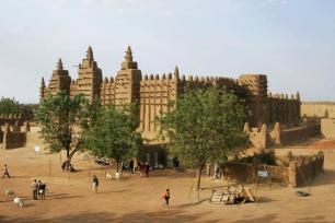 Pessoas participam da renderização anual da Grande Mesquita de Djenne, no centro de Mali, em 28 de abril de 2019 [Michele Cattani/AFP via Getty Images]