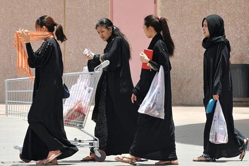 Empregadas filipinas carregam sacolas de compras enquanto saem de um shopping em Riade, em 12 de junho de 2013 [ Fayez Nureldine/ AFP via Getty Images]