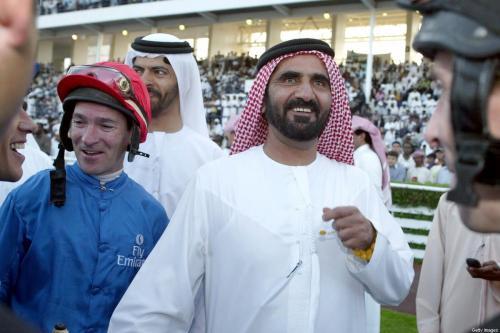 Mohammed bin Rashid al-Maktoum (à direita), então príncipe herdeiro de Dubai, nos Emirados Árabes Unidos, 23 de março de 2002 [Rabih Moghrabi/AFP via Getty Images]
