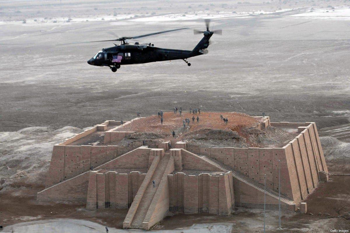 Um helicóptero do exército dos EUA sobrevoa o templo escalonado Zigurate, um edifício de três camadas que data de 2113 a.C., na antiga cidade de Ur, no sul do Iraque, em 4 de fevereiro de 2010 [Essam Al-Sudani/AFP via Getty Images]