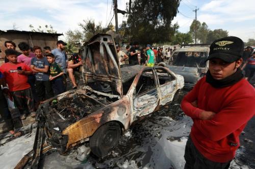 A cena após a detonação de um dispositivo explosivo no Iraque, em 15 de abril de 2021 [Murtadha Al-Sudani/Agência Anadolu]
