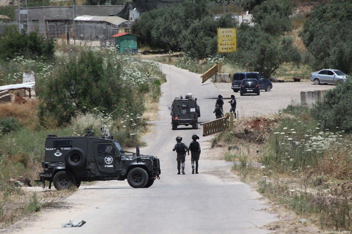 Forças israelenses são vistas fora do posto avançado do assentamento de Salem, depois de matarem dois palestinos e ferirem gravemente outro na parte norte da Cisjordânia, em 7 de maio de 2021 [Nedal Eshtayah/Agência Anadolu]